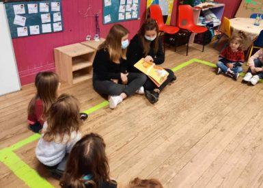 les-eleves-de-la-classe-de-3-lisent-des-contes-de-fees-aux-plus-petits